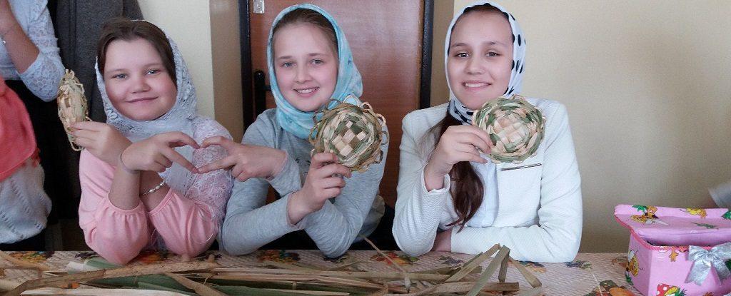 В Воскресной школе «Ника» прошел мастер-класс по плетению из рогоза